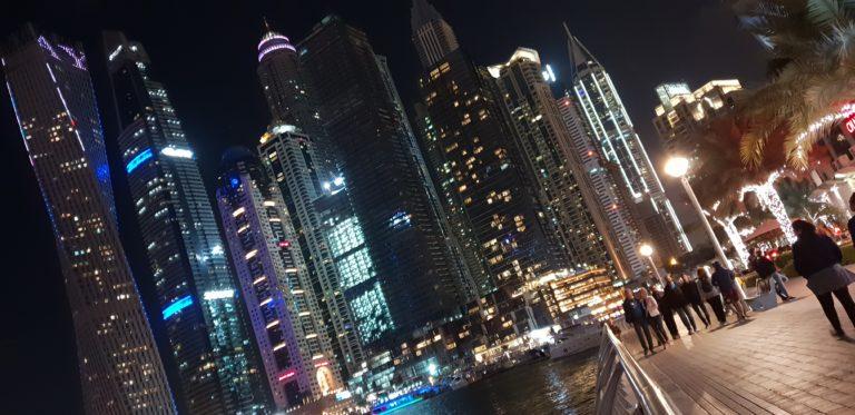 Noční procházka přístavem v Dubaji