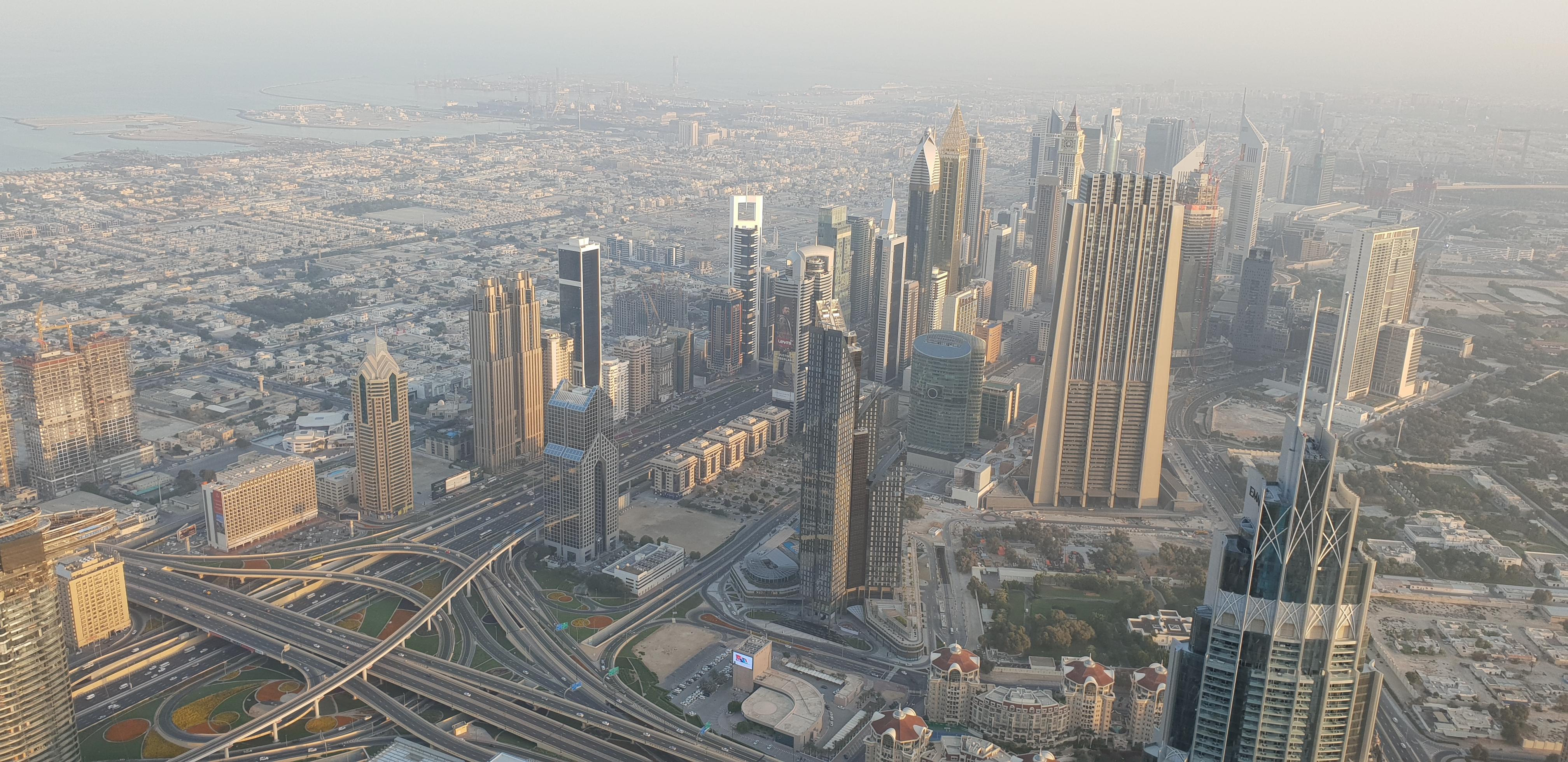 Výhled na moderní centrum Dubaje z Burj Khalifa