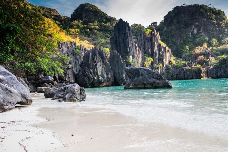 Pohled ze zátoky Ubugon poblíž El Nida, Filipíny