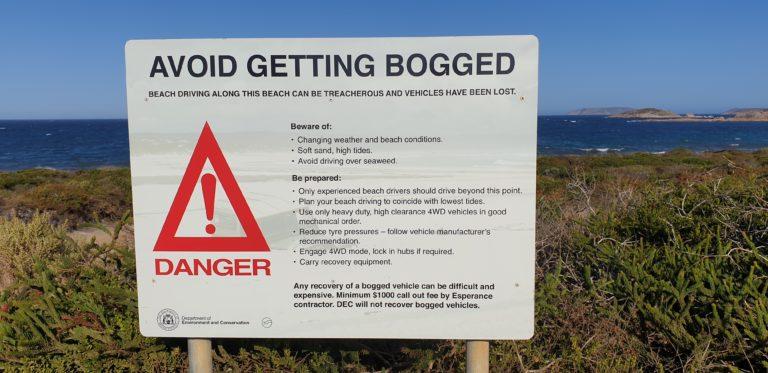 Upozornění před vjezdem na pláž Rossiter Bay