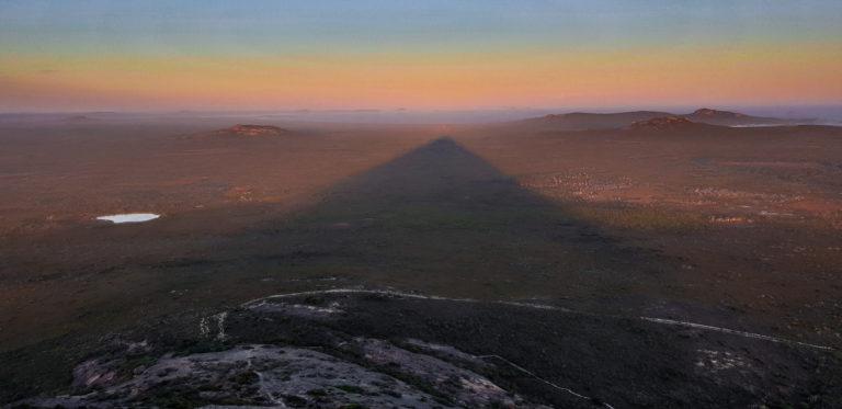 Stín Frenchman Peak při západu slunce