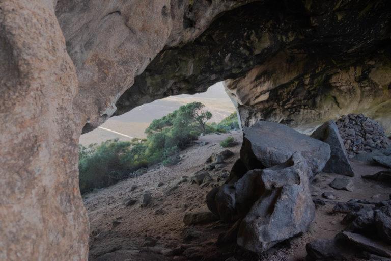 Jeskyně pod vrcholem Frenchman Peak