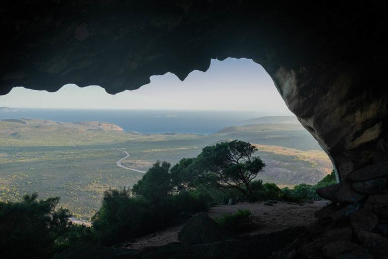 Výhled z jeskyně pod vrcholem Frenchman Peak