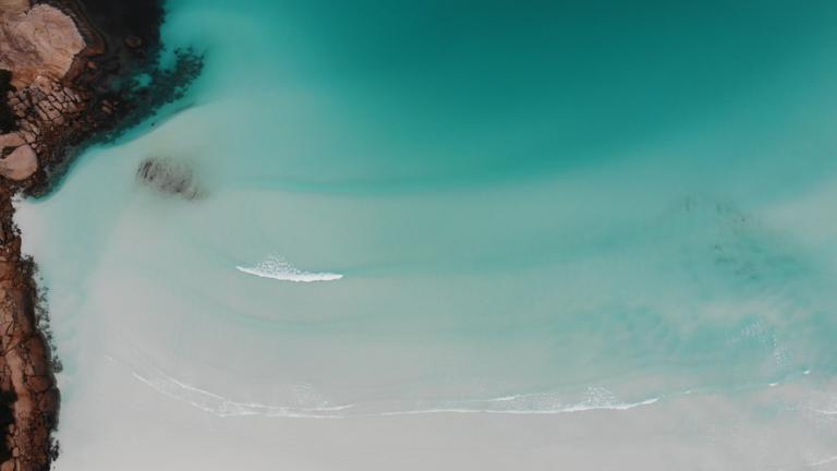 Průzračně čistá voda ve Wharton Bay