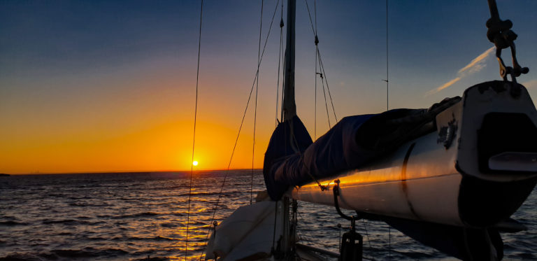 Slunce nad obzorem, ostrov Rottnest Island, Austrálie