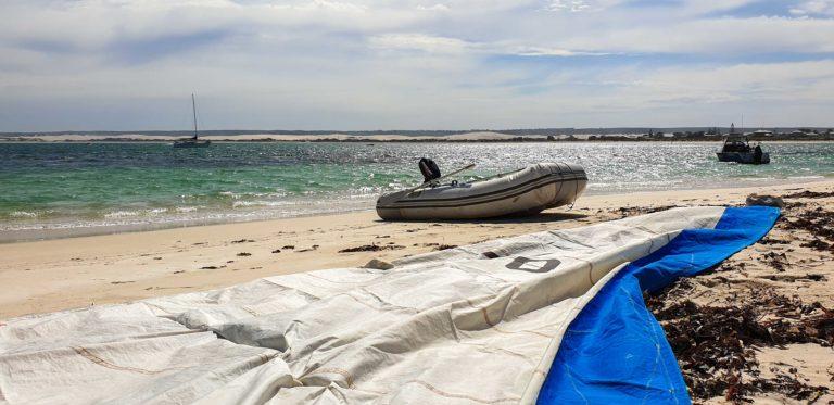 kontrola plachty na pláži