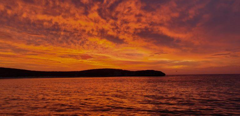 západ slunce, pobřeží u Lancelin, Austrálie